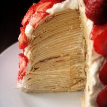 Большой клубничный блинный торт, большой, клубничный блинный торт, клубничный торт, блинный торт, клубничный, блинный, торт