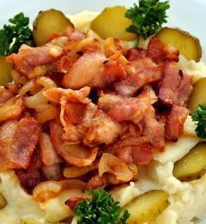 Бекон, жареный с луком на картофельном пюре, Бекон, жареный с луком, бекон, жареный с луком, картофельное пюре, пюре